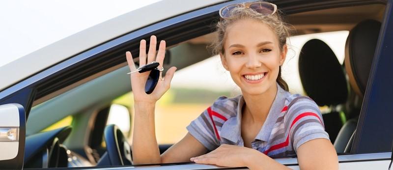 vrouw die autosleutels in auto had laten liggen