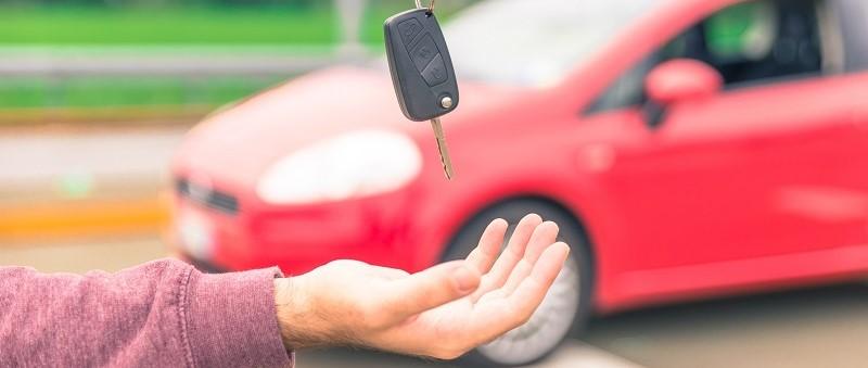man koopt eerste auto
