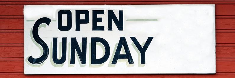 attentiebordje waarop zondag geopend staat afgedrukt