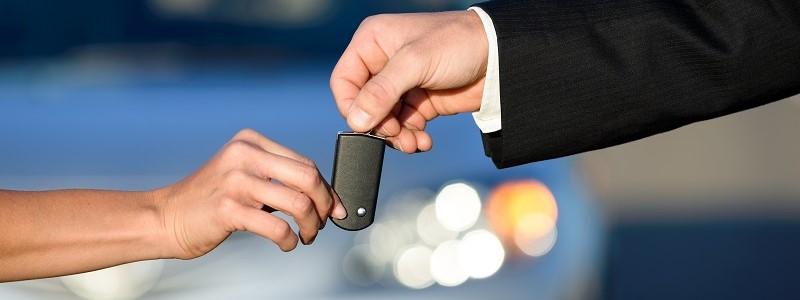 vrouw gaat auto verkopen aan particuliere koper