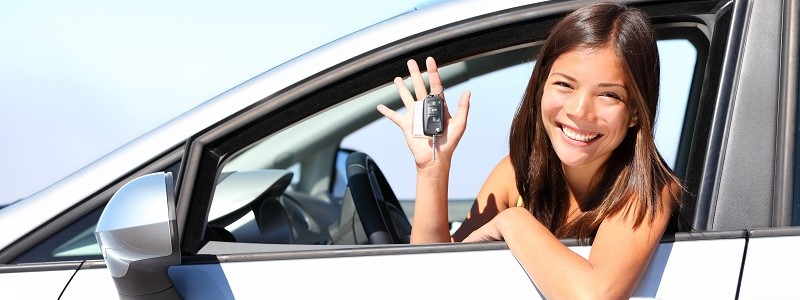 vrouwelijke verzekeringnemer met autoverzekering speciaal voor vrouwen