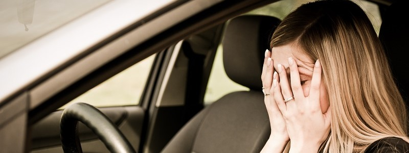 dame in auto met negatieve schadevrije jaren