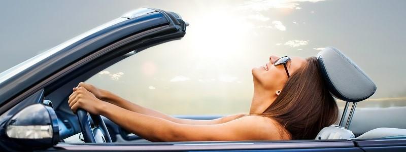 vrouw in cabrio met prepaid autoverzekering van Bundelz