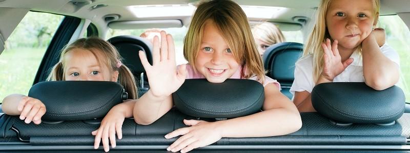 kinderen voorin auto met kinderzitjes