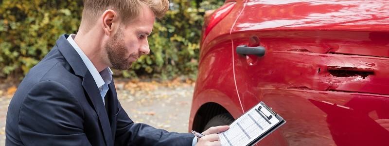schade-expert van waarborgfonds motorverkeer neemt aanrijdingsschade op