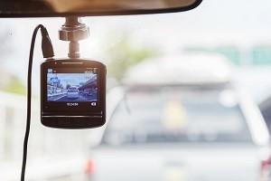 dashboardcamera tegen autoruit ten behoeve van autoverzekering