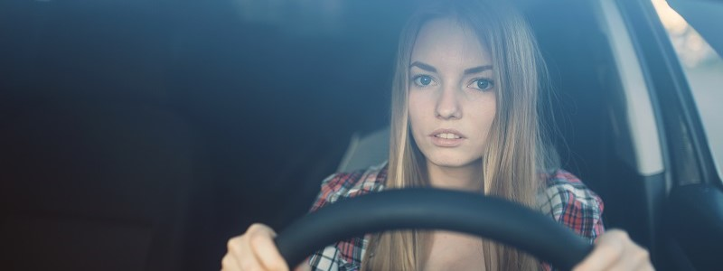 jonge vrouw van 24 in auto met dure autoverzekering voor jongeren