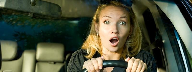 vrouw in auto die soorten autoverzekeringen zou moeten vergelijken