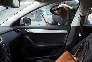 autokraker die poging doet tot auto-inbraak