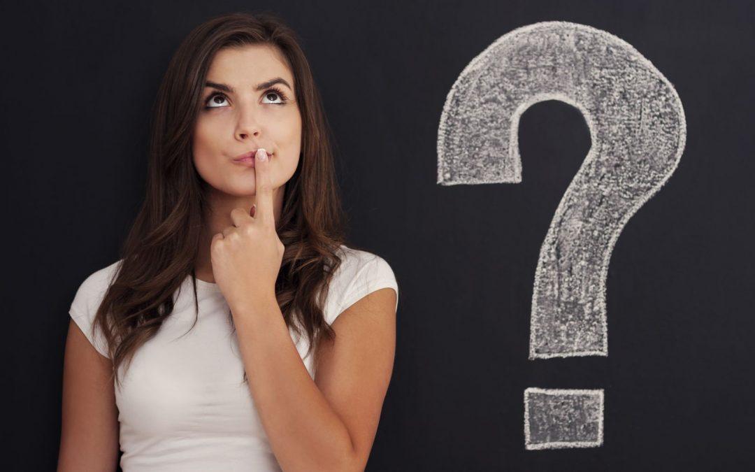 vrouw denkt na over antwoorden op acceptatievragen van autoverzekering