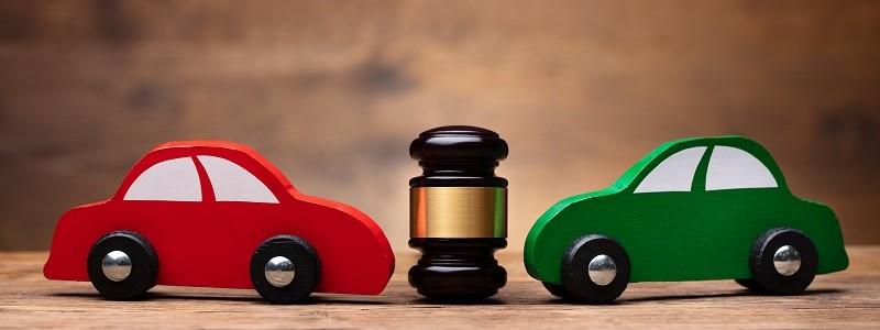 auto's en hamer staan symbool voor sistercar-clausule