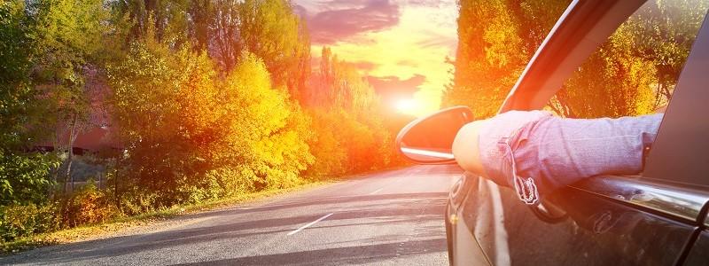 automobilist die rijdt in auto met voorlopige dekking