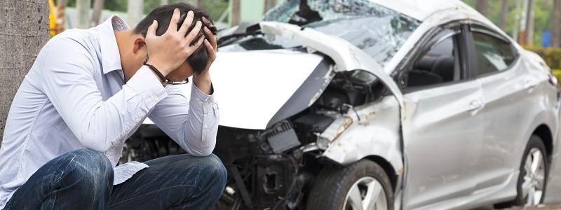 man met hoog vrijwillig eigen risico op autoverzekering