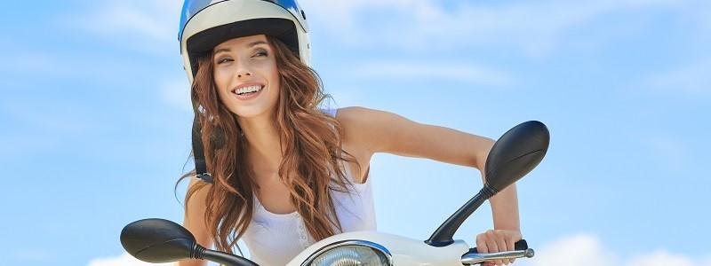 Helmplicht: verzekerd bij niet dragen helm op motor, brommer of scooter?