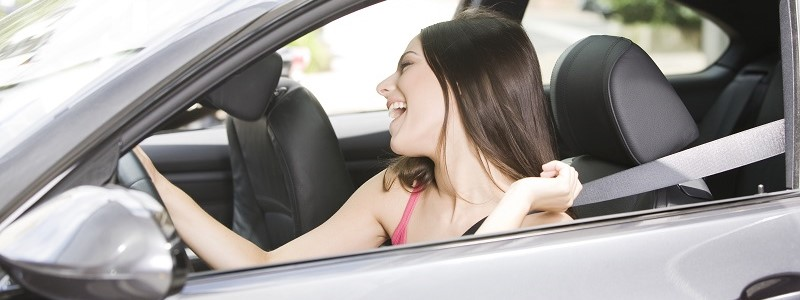 vrouw draagt autogordel en krijgt geen gordelkorting