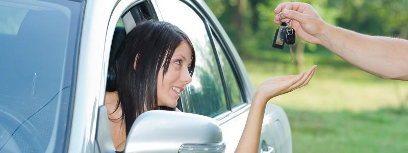 vrouw met auto op eigen naam die verzekerd is door haar ouders